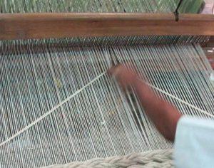 一枚一枚、丁寧に手で編まれているGANのラグ