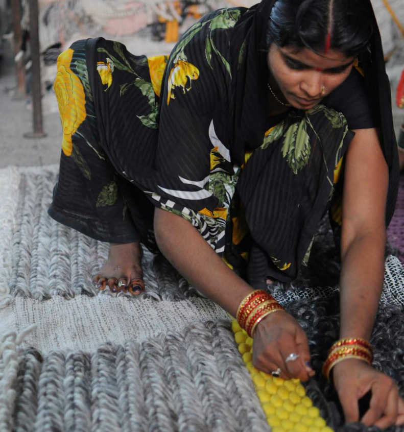 地方における女性のための開発プロジェクトのスポンサーにもなっているGANのラグづくり